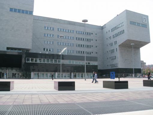 Kamnita fasada banke Deutsche Bank v Milanu